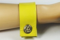 Nice Manchette en cuir jaune et bouton argent massif