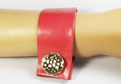 Nice Manchette en cuir rouge et gros bouton doré